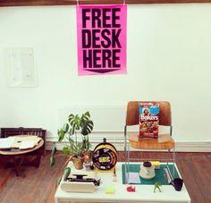 A Free Desk Here é uma iniciativa do Open Studio Club que busca tirar proveito de espaços vagos em escritórios e agências mundo afora, estimulando a troca de experiências entre pessoas de áreas diversas. Basta entrar no site para ver as regras e oferecer ou buscar um espaço de trabalho em qualquer canto do planeta.