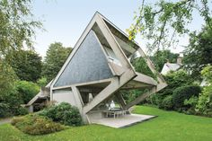 An angular Versailles house by Claude Parent eschews traditional notions of wall… – 2019 - Architecture Decor French Architecture, Unique Architecture, Classical Architecture, Architecture Interiors, Interior Design Magazine, Modern House Design, Versailles, Beautiful Homes, Exterior