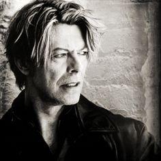 Agé de 69 ans, David Bowie, cet artiste chanteur aux milles visages, est mort dimanche 10 janvier 2016 ! Qu'il repose en paix !