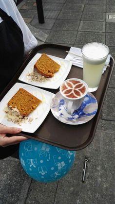 Torta de zanahoria, te chai de vainilla y limonada. Cumpleaños.