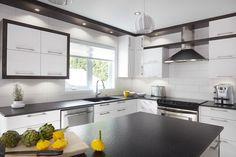 Armoires de cuisine contemporaine en MDF blanc et merisier Simard cuisine et salle de bains Long Hall, Kitchen Island, Kitchen Cabinets, Retro Design, Modern Design, Home Kitchens, Beautiful Homes, House, Home Decor