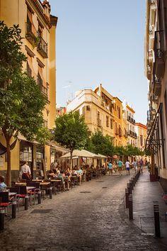 Sevilla – Casco antiguo. La calle Argote de Molina o La Cuesta del Bacalao.