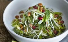 Look at this recipe - Green Papaya Salad (Som Tam) - and other tasty dishes on Food Network. Papaya Recipes, Lime Recipes, Raw Food Recipes, Food Network Recipes, Vegetarian Recipes, Green Papaya Salad, Thai Salads, Pomegranate Salad, Tasty Dishes