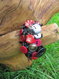 Knopfarmband in rot und schwarz ganz im Carmen Look