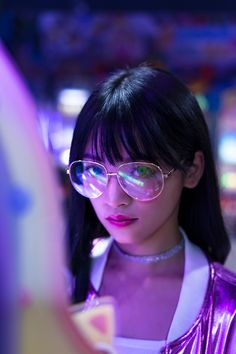 The rebellious girl in the game room. with neon light Cyberpunk Aesthetic, Neon Aesthetic, Aesthetic Girl, Portrait Photography Poses, Girl Photography, Portraits, Portrait Pictures, Photography Magazine, Photography Backdrops