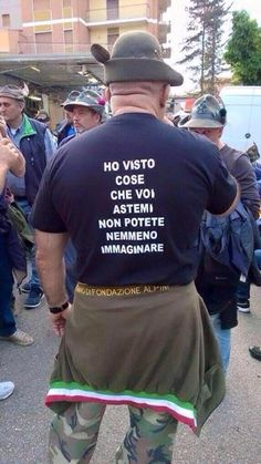 Sul cappello sul cappello che noi portiamo... Funny Cute, Hilarious, Tired Man, Army Humor, Foto Top, Serious Quotes, Weird Pictures, Smile Quotes, Funny Posts
