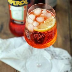 Cet été encore, impossible d'échapper à la spritzmania. Spritz Cocktail, Cocktail Shots, Mojito Cocktail, Sangria, Wine Drinks, Alcoholic Drinks, Beverages, Types Of Cocktails, Refreshing Cocktails