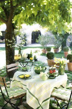 outdoor dining so lovely Outdoor Fun, Outdoor Dining, Outdoor Spaces, Outdoor Decor, Garden Design Ideas Videos, Garden Ideas, Italian Garden, Al Fresco Dining, Outdoor Landscaping