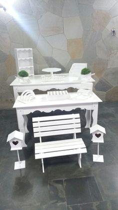 2 mesas (1,37x0,80cm e 1,20x0,50cm)  2 casinhas de passarinhos  1 banco de chão  1 banco de mesa  2 carrinhos de mesa  parabéns  1 mini estante  1 piruliteiro  1 porta cupcake  1 porta bolo