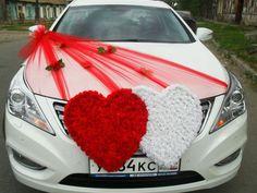 décoration voiture mariage avec des cœurs de fleurs rouges et blanches