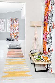 Tikkurila ja Vallila tekevät värikästä yhteistyötä. Vallilan Luontopolku-verho by Riina Kuikka, sointuva seinäsävy: Tikkurilan Bungalow G500. #tikkurilajavallila #tikkurila #vallila #luontopolku #bungalow #verho #sisustus #kuosi