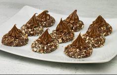 Υπέροχα σοκολατάκια με νουτελα που θα σας αφήσουν άφωνους!!! Έξυπνη ιδέα και για κέρασμα!!! Συστατικά 200 ml νερό 200 γρ ζάχαρη 150 γρ μαργαρίνη 100 γρ σοκολάτα 250 γρ πτι μπερ 150 γρ αμύγδαλα ή φουντούκια 2 βανίλιες Πραλίνα φουντουκιού Δείτε επίσης:Υπέροχο κεικ ανάμεικτο με γλάσο σοκολάτας Οδηγίες Βάζουμε το νερό μαζί με την ζάχαρη … Sweet Recipes, Cake Recipes, Dessert Recipes, American Cookie, Chocolate Caramels, Nutella, Confectionery, Truffles, Food To Make