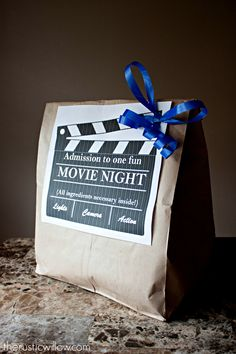 A night of family fun packed into one bag with this DIY Family movie Night Kit. Movie Basket Gift, Movie Night Gift Basket, Date Night Gifts, Movie Gift, Movie Night For Kids, Movie Night Party, Family Movie Night, Family Movies, Movie Nights