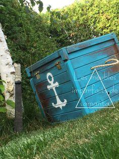 DIY  Un coffre antique maintenant devenu un coffre aux trésors!   Nouvelle quincaillerie.  Patine grossière. Poignées en corde. Légère restauration des planches de bois.