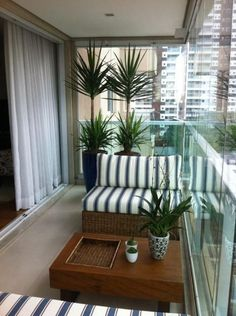 Espaço bem resolvido na varanda assinada por Danyela Correa.  #decoração #varanda #pequena #apartamento