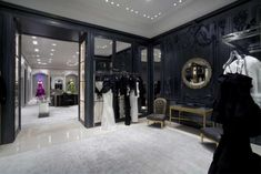 For their anniversary, Dior hired American architect Peter Marino to redesign their famous ft boutique Avenue Montaigne in Paris. Christian Dior Couture, Boutique Dior, Bridal Boutique, Design Garage, Boutique Interior Design, Displays, Online Shopping Shoes, Layout, Retail Space