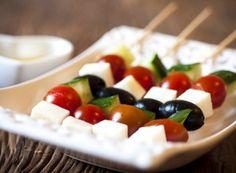 Receita Dedo de Moça: Espetinhos de queijo feta, tomatinhos, pepino e azeitona