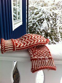 Ravelry, Hokey Pokey mittens. Free pattern