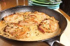 Schnitzel in großer Pfanne mit Pfefferrahmsoße PFEFFRIGE SCHNITZEL-PFANNE Für 4 Schnitzel  Zutaten: 4 Schweineschnitzel (z. B. Lummer) 2 Zwiebeln 3 bis 5 TL grüne Pfefferkörner (eingelegt, aus dem Glas) 200 g Schmand 1 TL Senf 4 EL Sahne 1 EL Worcester Sauce Salz und Pfeffer Zum Anbraten: Butterschmalz oder Öl