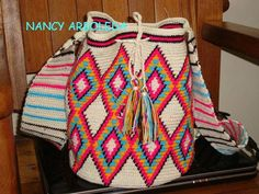 MOCHILA CROCHET ESTILO COLOMBIANO!!!!! Tapestry Crochet Patterns, Knit Crochet, Crochet Bags, Tapestry Bag, Bird Crafts, Old Quilts, Tribal Patterns, Crochet Fashion, Crochet Projects