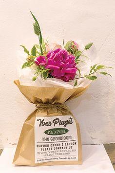 종이 봉투에 포장한 이브피아제의 꽃다발. ⓒ 문지연