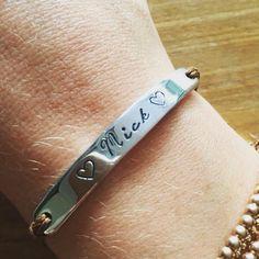 Foto van happy customer Laura met armbandje met naam van haar zoontje Mick! <3