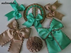Tocados Almeida Maternity Sash, Bow Tutorial, Coraline, Baby Headbands, Burlap Wreath, Hair Bows, Hair Clips, Projects To Try, Ribbon