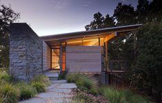 Construido en 2009 en Carmel-by-the-Sea, Estados Unidos. Imagenes por Nic Lehoux . El primero de varios edificios destinados a un sitio agreste y virgen en la Reserva Santa Lucía, la casa de huéspedesHallsRidge Knoll es una...