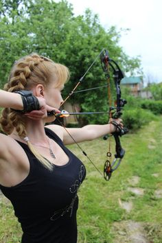 women in archery Archery Girl, Archery Bows, Archery Hunting, Coyote Hunting, Pheasant Hunting, Bow Hunting Women, Hunting Girls, Woman Archer, Hot Country Girls