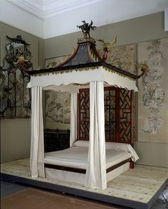 The chinoiserie bed made for Badminton House, Gloucestershire, probably by John and William Linnell in about 1754. © Victoria and Albert Museum, London