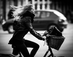 Cycle Chic and dashing as ever in Balck & White. Cycle Chic, Photo Velo, Range Velo, Estilo Retro, Bicycle Girl, Bike Style, Cycling Bikes, Cycling Art, Cycling Jerseys