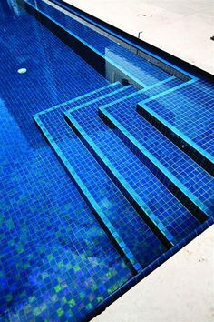 High Quality American Manufactured Lightstreams Pea Blue Iridescent Gl Pool Tiles Are Used In This Expansive Modern All Tile Swimming Miami