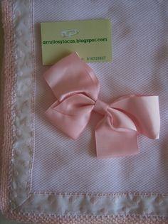 arrullo de piqué rosa hecho a mano con puntilla y ganchillo.