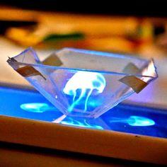 Cette vidéo explique comment utiliser un boitier de cd transparent découpé en forme de pyramide pour créer avec les réflexions un semi-hologramme.