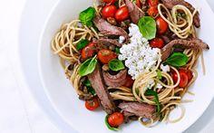 Spaghetti med flanksteak, tomater, hytteost og basilikum
