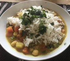 Tarde de invierno. Curri de verduras y judías carillas con coco + arroz basmati + perejil.
