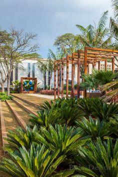Praça Casa Cor, por João Jadão e Juliana Freitas. Busca alertar os visitantes para o uso consciente da água. O espaço é composto por palmeiras e vegetações de baixa necessidade hídrica.