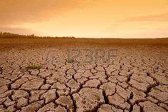Tactiek van de verschroeide aarde met oranje hemel Stockfoto