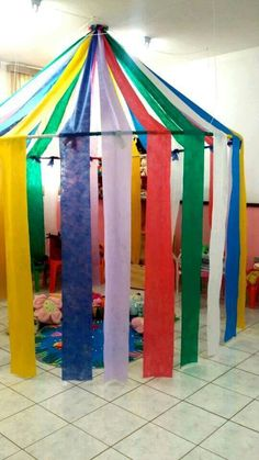 This circus corner can be the ideal place to snoezelen or to play fantasy . - Back to School Circus Birthday, Circus Party, Decoration Creche, Diy For Kids, Crafts For Kids, Carnival Themes, Carnival Prizes, Diy Carnival, Carnival Mask