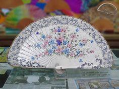 Abanico punta redondeada en madera de peral y pintado con motivos florales. Hand Fans, Hands, Ink, Beautiful, Painted Fan, Umbrellas Parasols, Hair Combs, Umbrellas, Florals