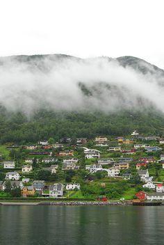 Navegamos por los fiordos Nærøyfjord y Aurlandsfjord, dos de los más bellos de toda Noruega