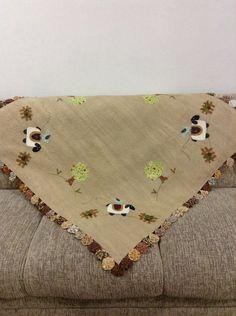 Toalha de mesa quadrada com bordado a mão , aplicação a máquina Quilt e fuxicos! R$ 278,00