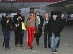 O ex-jogador de basquete Dennis Rodman desembarca no aeroporto de Pyongyang, na Coreia do Norte, para visitar o ditador norte-coreano, Kim Jong-un. Essa é a terceira visita de Rodman ao país. Ele e Kim Jong-un se consideram grandes amigos - http://epoca.globo.com/tempo/fotos/2013/12/fotos-do-dia-19-de-dezembro-de-2013.html (Foto: AP Photo/Kim Kwang Hyon)