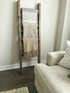 rustikale Einrichtung im Wohnzimmer Holzboden Holzleiter Wolldecken