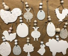 Best Photo air dry Clay easter Tips Hangers gemaakt van aan de luchtdrogende witte klei Action. Easter Projects, Clay Projects, Easter Crafts, Diy Clay, Clay Crafts, Christmas Decorations For Kids, Pottery Store, Christmas Clay, Clay Ornaments