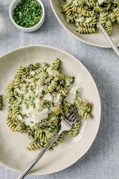 This fast, healthy, weeknight winter spinach and ricotta pesto not disappoint. With fluffy ricotta and delicate spinach, it's a fantastic meal for those end of winter nights when you are craving summer foods but the farmer's market just won't cooperate. Pot Pasta, Pasta Dishes, Veggie Pasta, Ravioli, Gnocchi, Vegetarian Recipes, Healthy Recipes, Creamy Spinach, Yummy Food