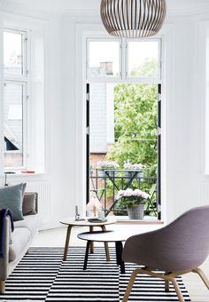 Moderne design kombineret med stakkevis af gode minder gør det til en æstetisk og virkelig underholdende fornøjelse at bevæge sig rundt i Kathrine og Mortens lyse lejlighed.