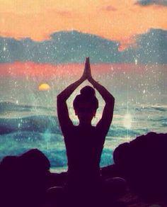 Namaste yoga un colors Hippie Peace, Hippie Boho, Bohemian, Yoga Kunst, Meditation, Sitting Poses, Hippie Lifestyle, Beach Poses, Yoga Posen