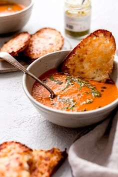 Secret Ingredient Tomato Basil Soup – the best tomato basil soup you'll even have and it has zero cream! Secret Ingredient Tomato Basil Soup – the best tomato basil soup you'll even have and it has zero cream! Vegetarian Recipes, Cooking Recipes, Healthy Recipes, Vegan Soups, Vegan Chowder Recipes, Best Lunch Recipes, Cooking Corn, Vegetarian Soup, Keto Soup