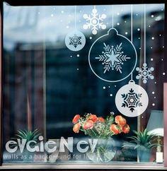 Подготовка витрин к новогодним праздникам